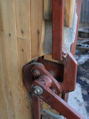 Запор для ворот гаража