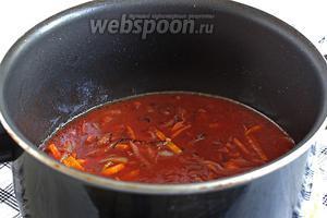 Через 5 минут добавить в сотейник томатную пасту и сахар, посолить. Подержать на огне, а затем залить водой, чтобы томатная паста растворилась полностью.