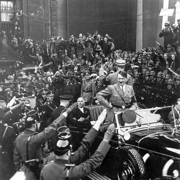 Гитлер во время одного из массовых мероприятий для нацистской молодежи. 1934 год