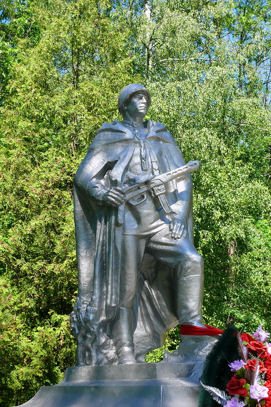Братская могила в городском парке г.Высоковска. Захоронено 85 человек. Скорей всего это умершие от ран в ППГ №676 в декабре 1941-январе 1942 г.г