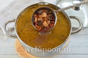 Когда фасоль будет почти готова, добавить картофель. Дать закипеть и через 2 минуты добавить грибы с овощами. Посолить и довести суп до готовности.