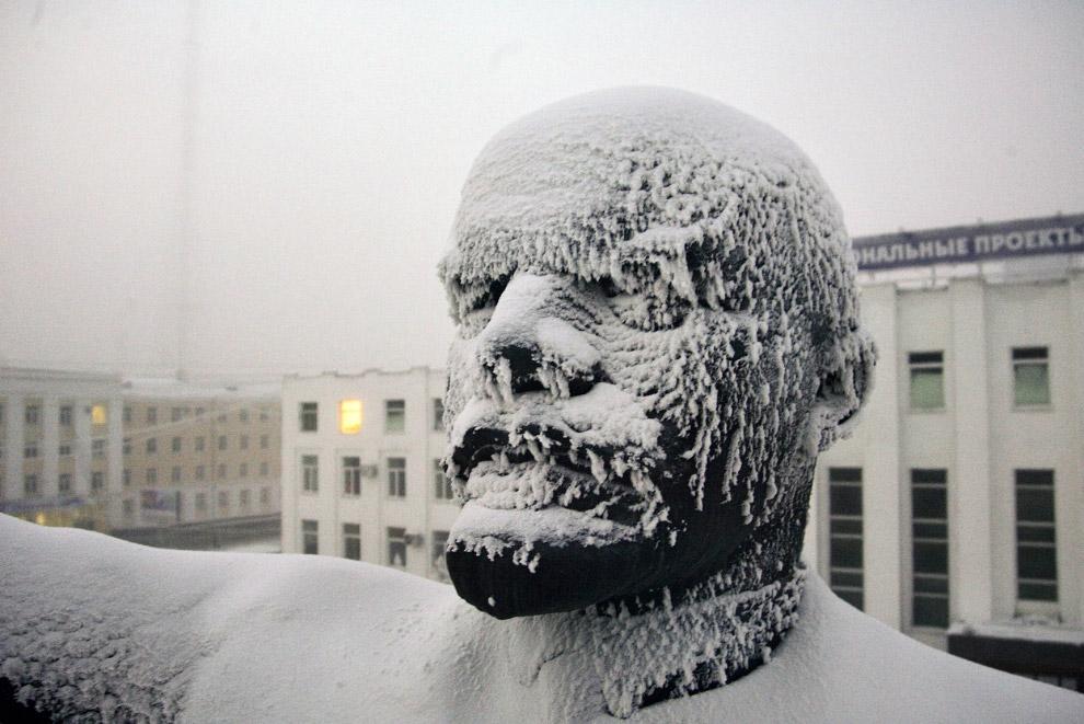 Ленин в центре города Якутска