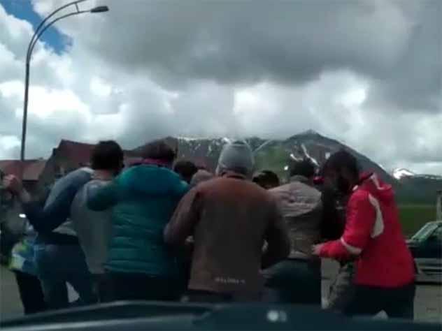 Родственники задержанных грузинских парапланеристов перекрыли Военно-грузинскую дорогу