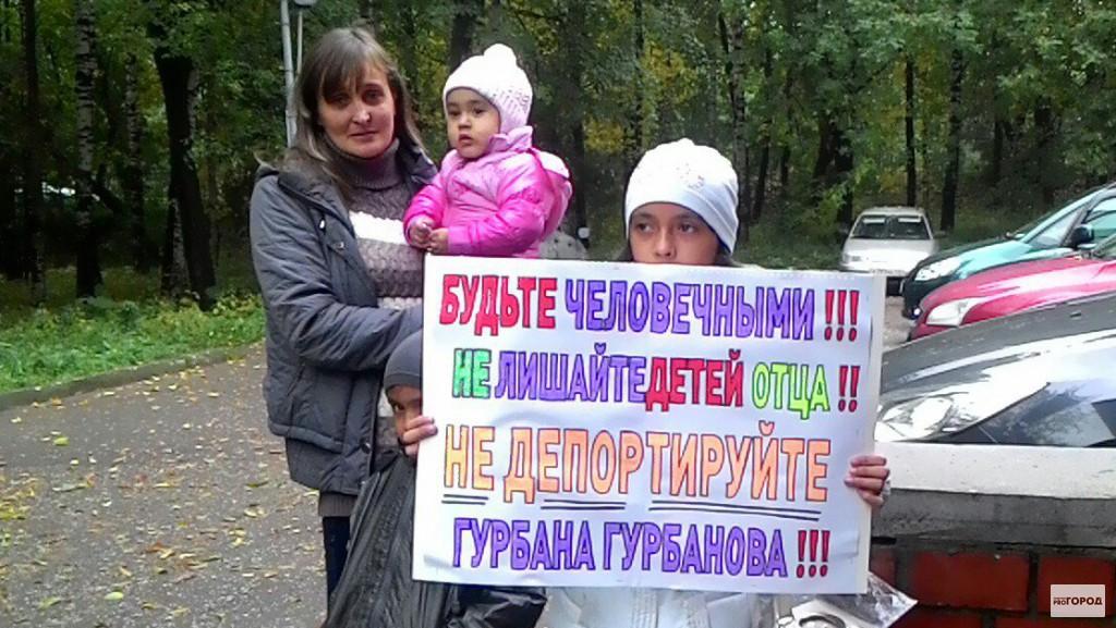 """Кировчанка устроила одиночный пикет с лозунгом: """"Не лишайте детей отца"""""""