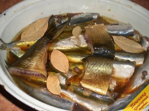 5) К рыбе добавить перец (черный и душистый), лавровый лист. Поставить рыбу на маленький огонь и тушить около 2 часов. Блюдо будет готово, когда в рыбе не будут чувствоваться кости