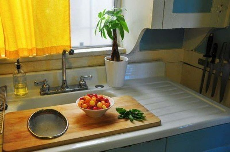 1. Разместите большую доску над раковиной, чтобы создать еще одну удобную рабочую поверхность. идея, кухня