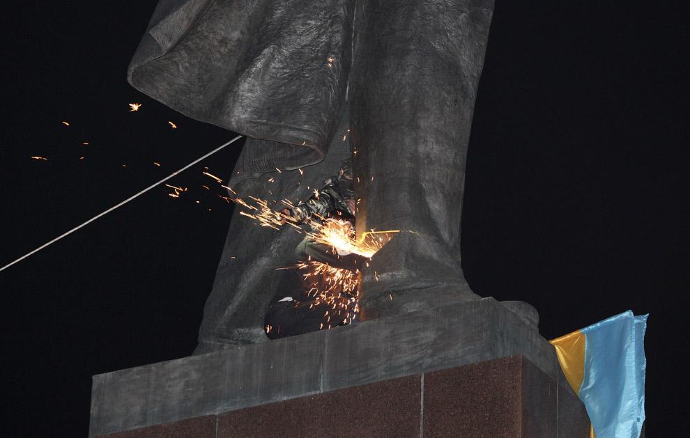 Акция в Харькове, Украина по демонтажу памятника Ленину