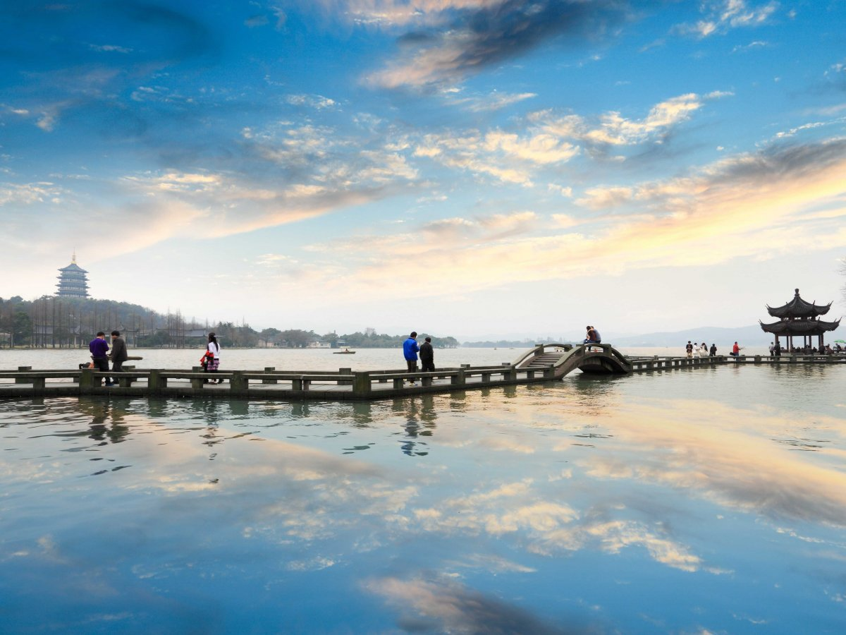 bike-around-west-lake-in-hangzhou