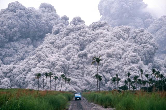 Водитель пикапа пытается сбежать, во время извержения вулкана Пинатубо