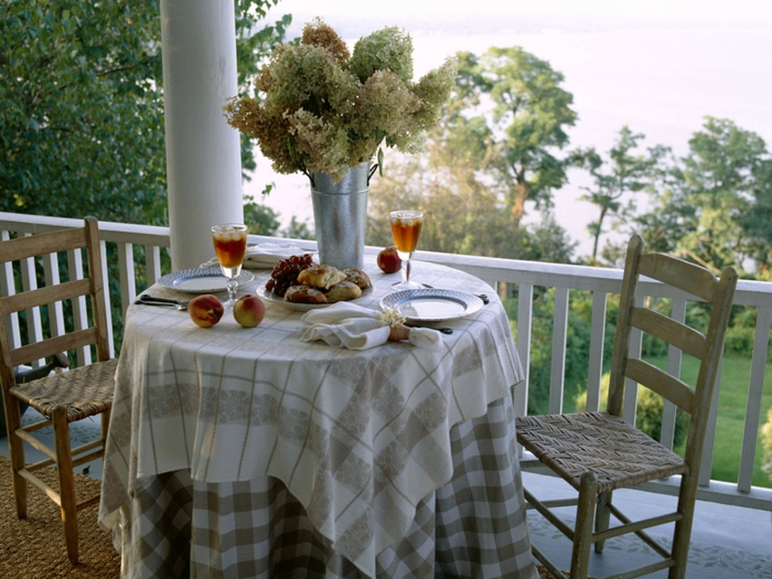 3749748_Little_table_on_a_balcony_zastavki_com_9456_10 (700x525, 300Kb)