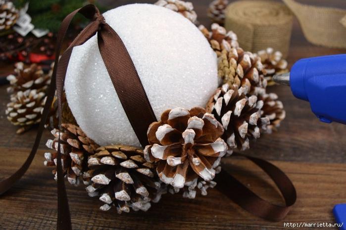 Новогодняя подвеска - шар из шишек (5) (700x466, 247Kb)