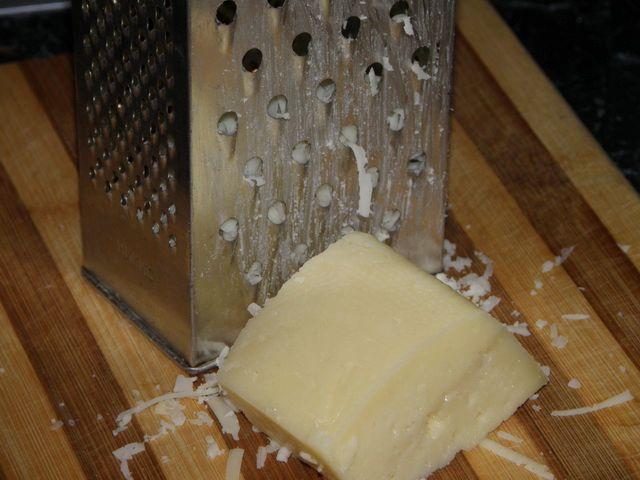 натираем сыр на крупной терке. пошаговое фото приготовления картофельной запеканки с фаршем