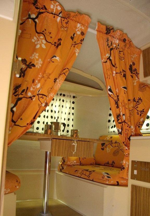 Фотография: Кухня и столовая в стиле Прованс и Кантри, Современный, Декор интерьера, Дом, Декор дома, Системы хранения, Шторы – фото на InMyRoom.ru