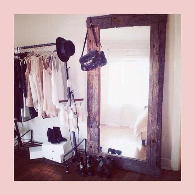 20. Если ваш шкаф забит битком, то вывесите особенно любимые наряды на стойку для одежды вещь, дом, хранение