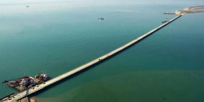 По временному мосту через Керченский пролив прошла первая колонна грузовиков