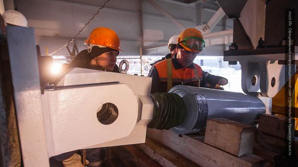 «Стройка века»: в Крыму начали сооружать железнодорожные пролеты Керченского моста
