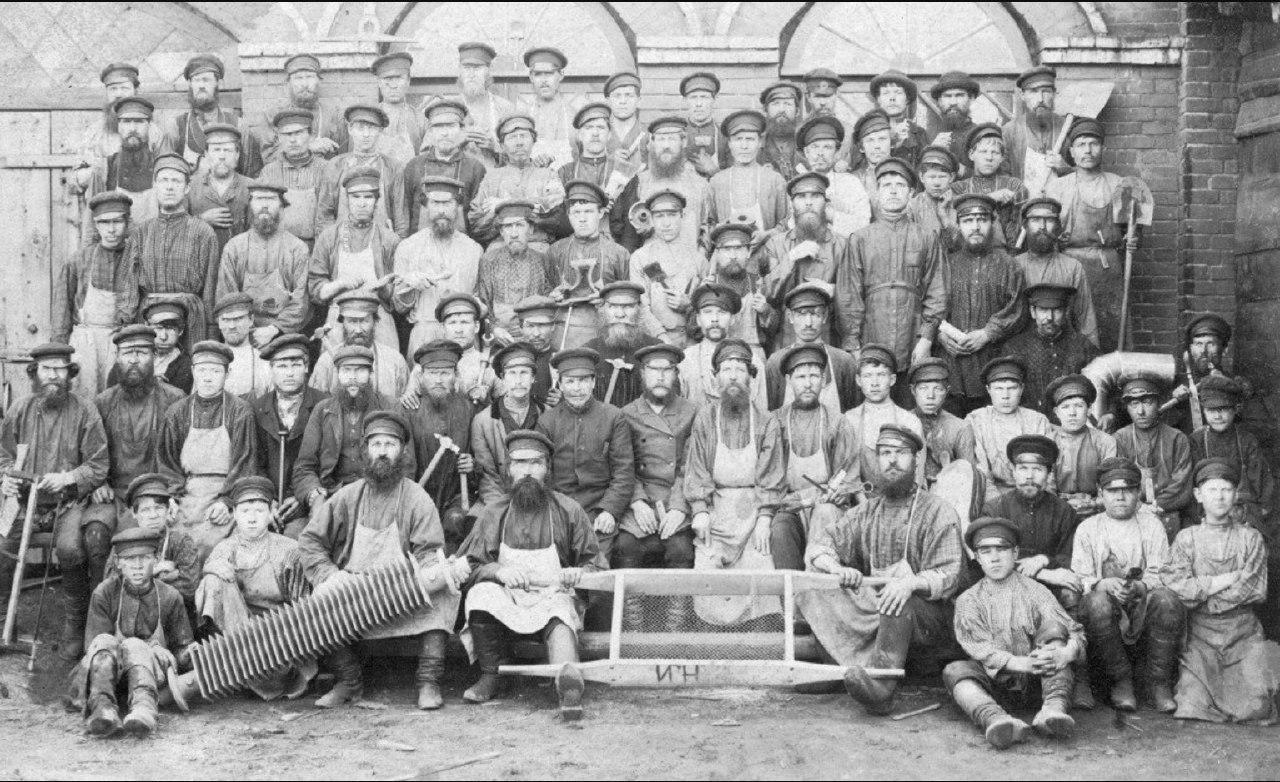 Рабочие чугунолитейного цеха пермских пушечных заводов, 1890.