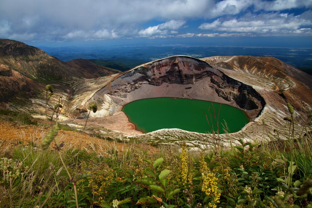 Кратерное озеро вулкана Зао, Хонсю, Япония.