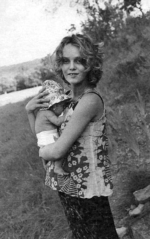 1043 Ванесса Паради с дочерью Лили-Роуз.jpg