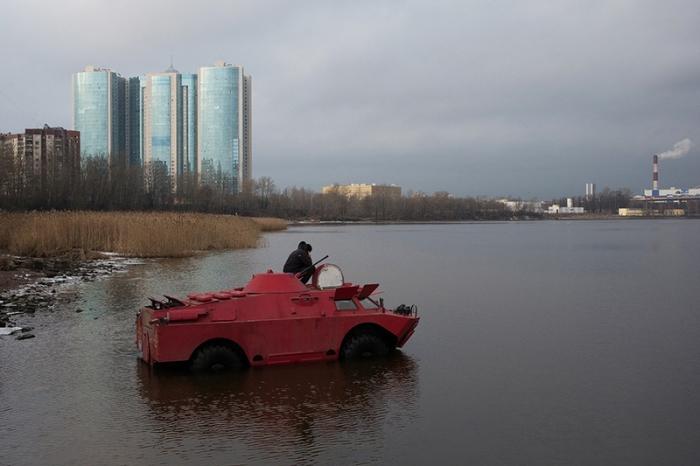 Самое безопасное такси: розовое такси-БРДМ в Санкт-Петербурге