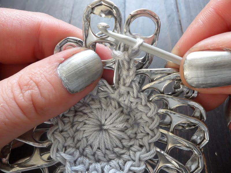 Не спешите выкидывать ключи от жестяных банок. Ведь из них можно сделать довольно симпатичный кошелёк