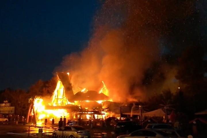 Сильный пожар произошел в кафе на МКАД