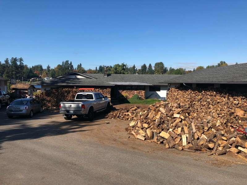 Папа и его 2 сына нарубили 80 машин дров. И раздали их ″холодным″ домам