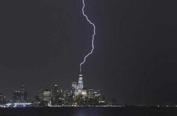 В Нью-Йорке молния эффектно ударила в антенну торгового центра