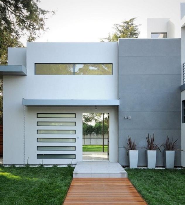 Классическое бетонное крыльцо в стиле минимализма для загородного дома.