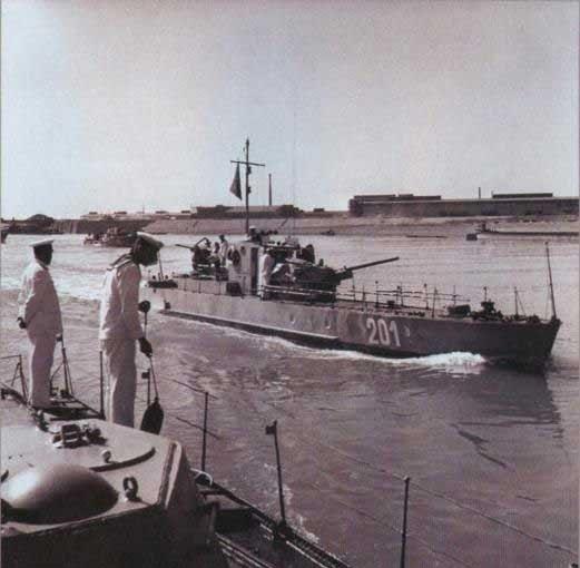 тонули катера и лодки горел над волгой сталинград автор