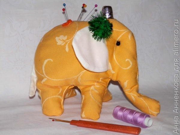 Слон-игольница