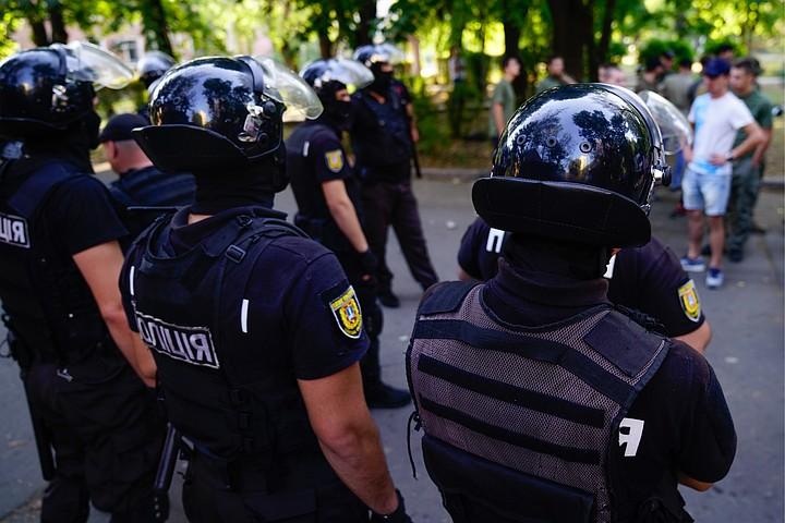 Полиция Киева задержала активиста, который облил журналистку кефиром