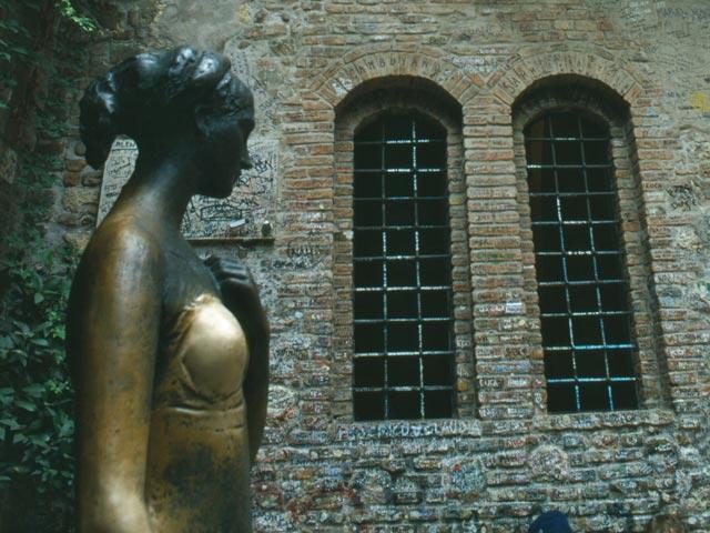 Джульетта уже не та: у веронской статуи изменилась форма груди от прикосновений туристов