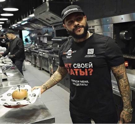 «Жалкая пародия Гёкче»: Подписчики раскритиковали голодного Тимати, набросившегося на бургер