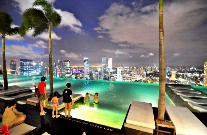 Самый высокий бассейн в мире на крыше небоскреба Marina Bay Sands Skypark, Сингапур
