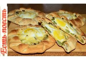 Фото к рецепту: Хрустящие галеты с яйцом на завтрак или перекус