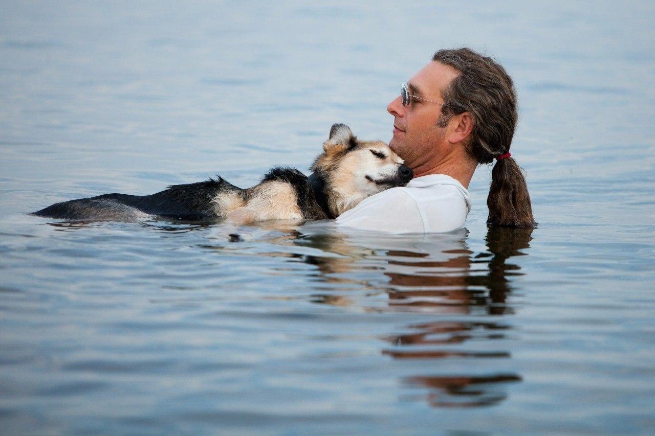 Каждую ночь о несил свою 19-летнюю собаку в теплую воду озера, чтобы заставить ее немного поспать