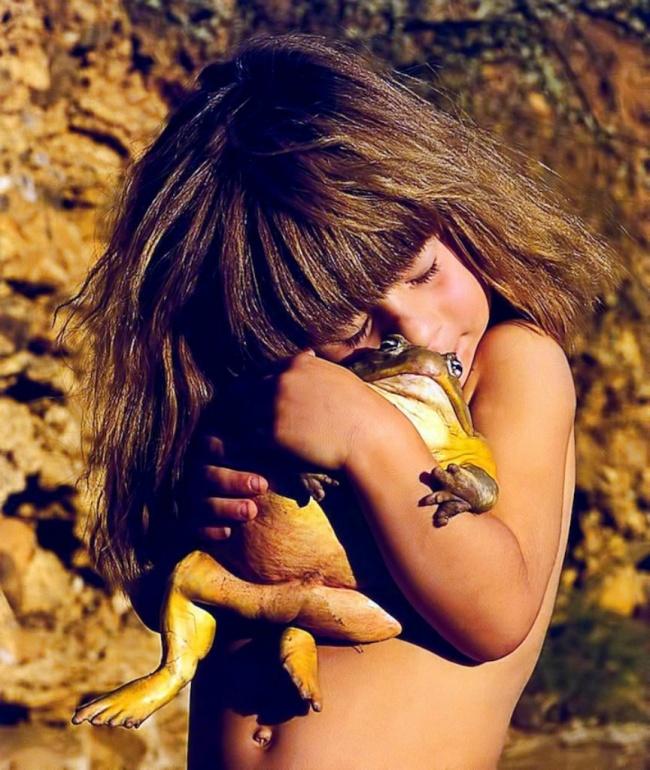 Девочка обнимает огромный член фото 300-233