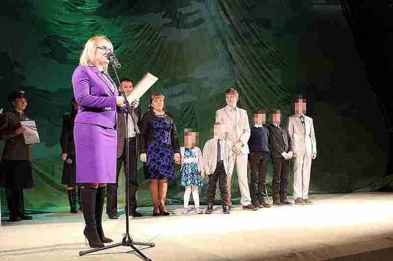 """Матери-героине, выигравшей конкурс """"Семья года"""", подарили термос выигрыш, интересное, маразм, подарок, правительство, россия, семья года"""