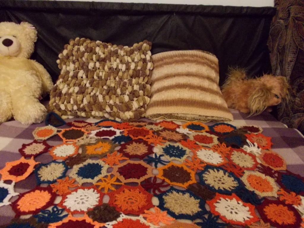 Декоротивные подушки и плед.