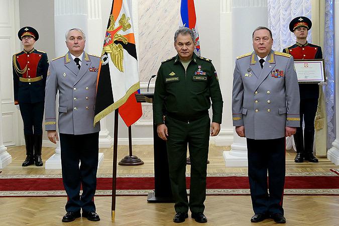 Сергей Шойгу вручил штандарт новому командующему ЗВО