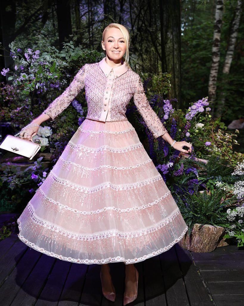 """""""В таком платье только на самовар сажать"""": Рудковская ввела в ступор пользователей сети нелепым нарядом"""