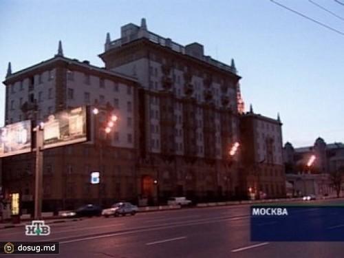 На фасаде посольства США в Москве появилась антиамериканская песня