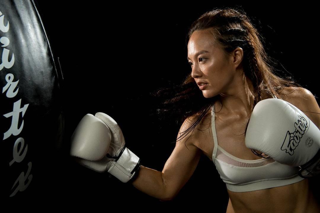 Чемпионка по тайскому боксу притворилась новичком и наказала бойцов