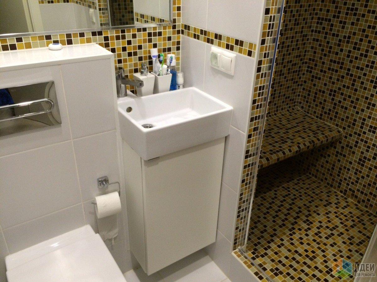 Комбинация белой плитки и мозаики, интерьер ванной фото