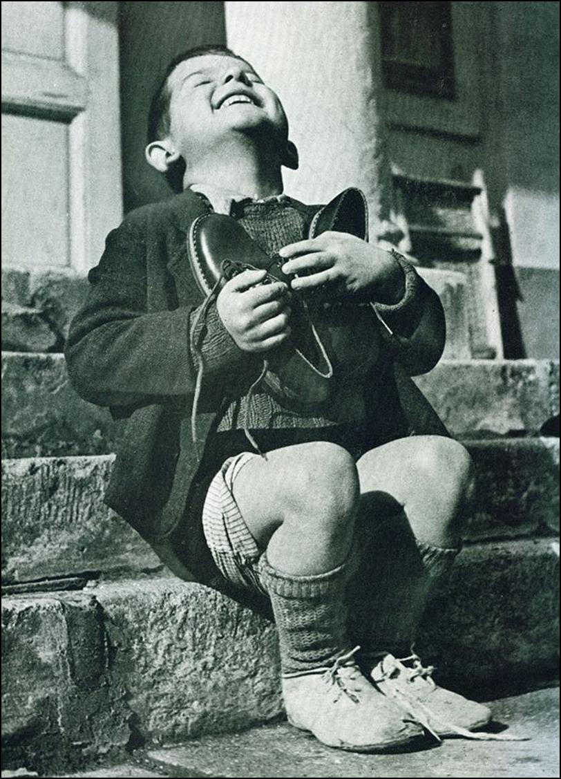 Момент чистого счастья австрийского мальчика после получения пары новой обуви во время второй мировой войны Историческая фотография, история, факты