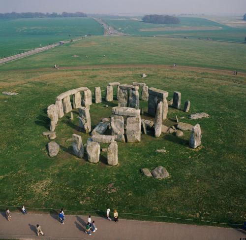 Большая часть камней здесь примерно одинакового размера и разделена на пары. На вершинах каждой пары покоится такая же глыба, только в горизонтальном положении.