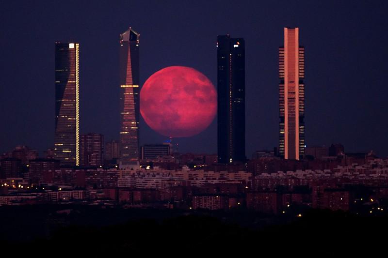 2. Суперлуние над Мадридом. наш мир, удивительные фотографии