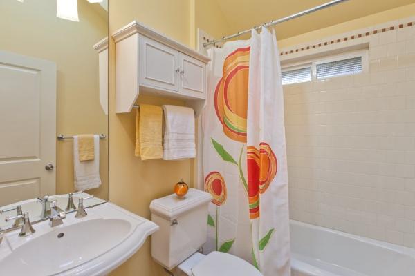 Подвесной шкаф в туалет с вешалкой для полотенец