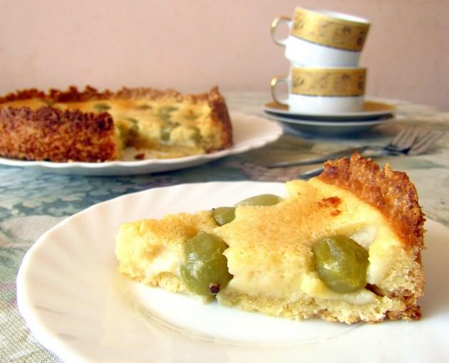 С этим пирогом хорошо будет сочетаться зеленый чай со вкусом жасмина либо черный чай со вкусом бергамота